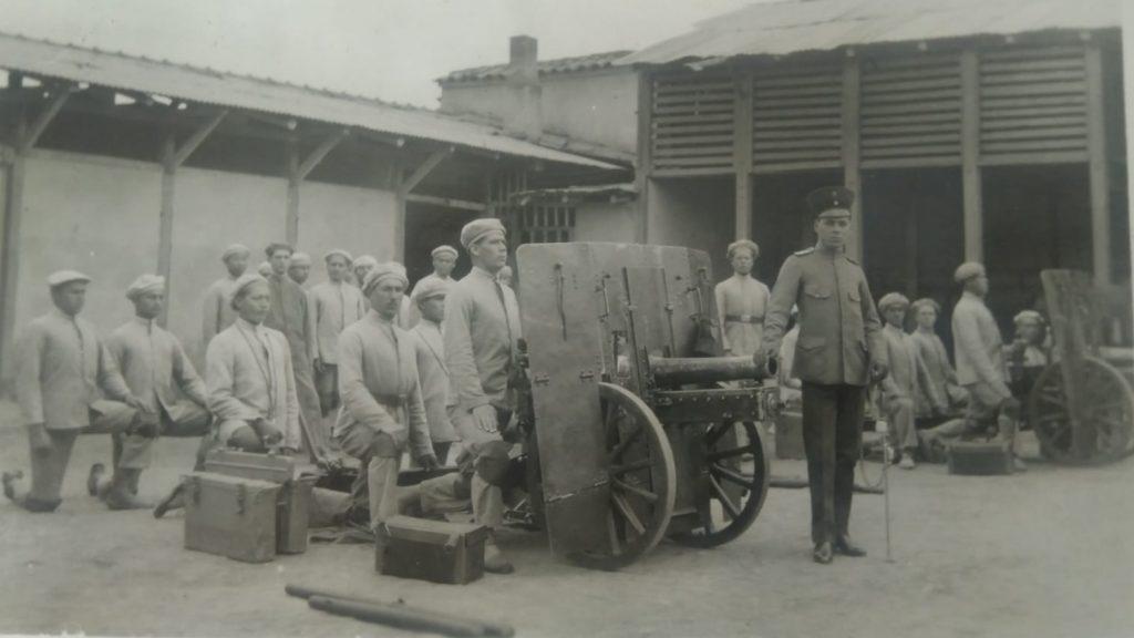 El Capitán Luis Felipe Valencia, al mando de un pelotón 1922- Bogotá